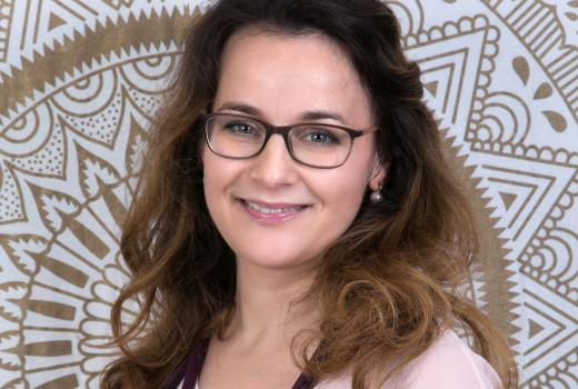 Portrait Dr. Sandra Waroschitz mit Brille