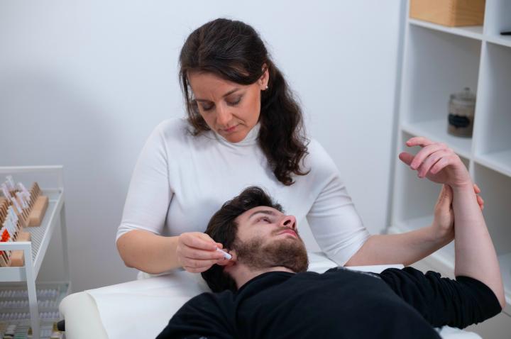 Ohrakapunkturbehandlung mit Laser